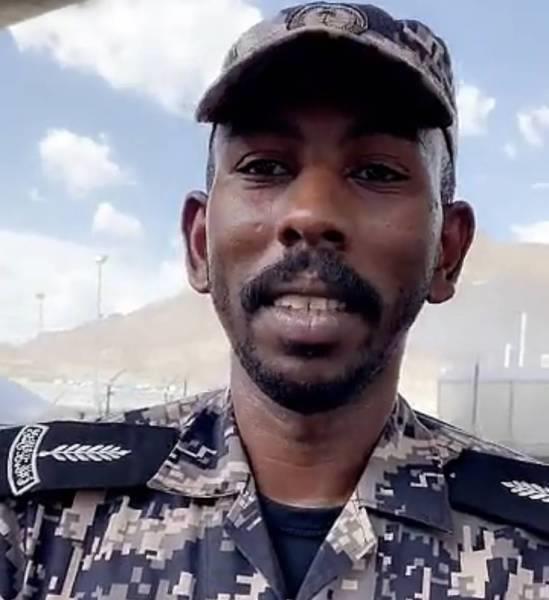 الجندي الذي رفض أخذ مكافأة مالية من حاجّة عربية يعلق على الفيديو المتداول