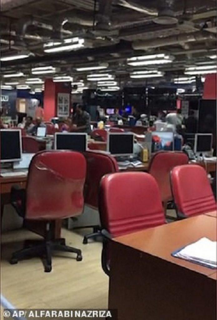 فيديو .. فرار موظفي التلفزيون لحظة زلزال إندونيسيا