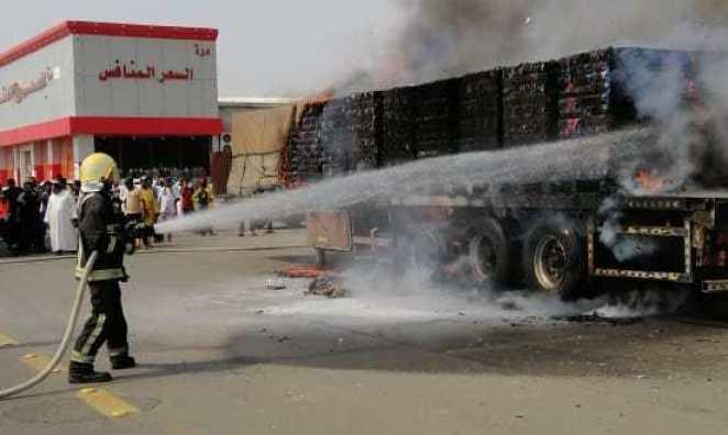 """""""مدني صبيا"""" يُباشر حادث حريق شاحنة بجوار مصرف الراجحي – صور"""