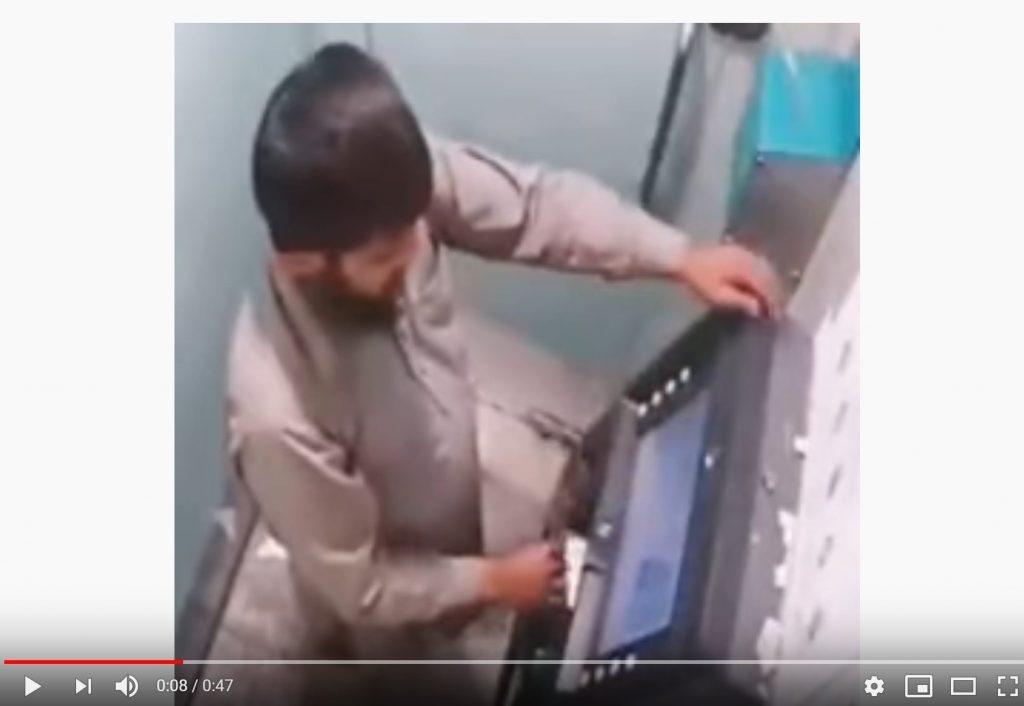 شاهد فيديو .. يكسر الصراف الآلي لاستعادة بطاقته !