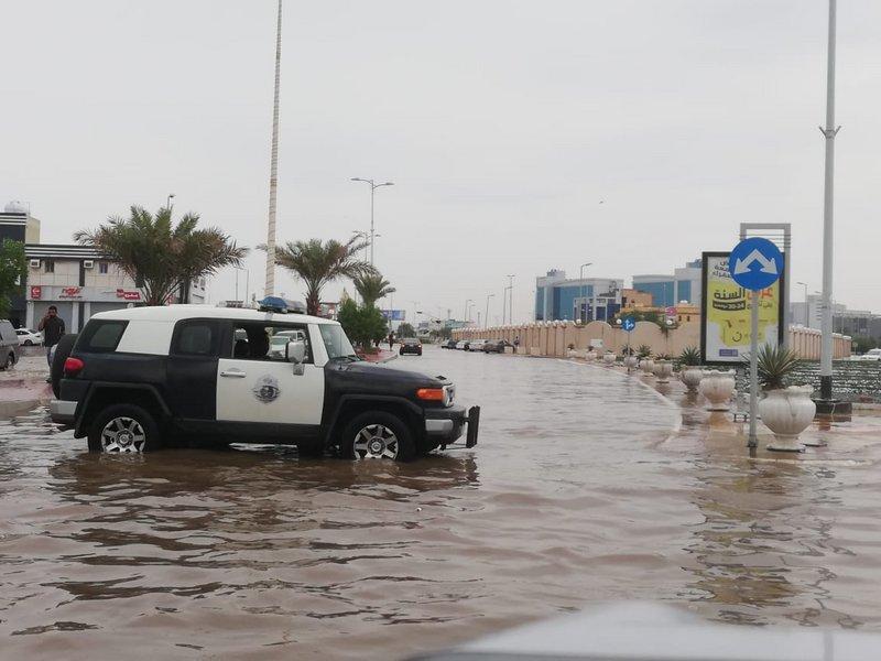 أمطار جازان.. إغلاق طرق واستنفار أمني وخطباء الجمعة يحذّرون من مخاطر السيول
