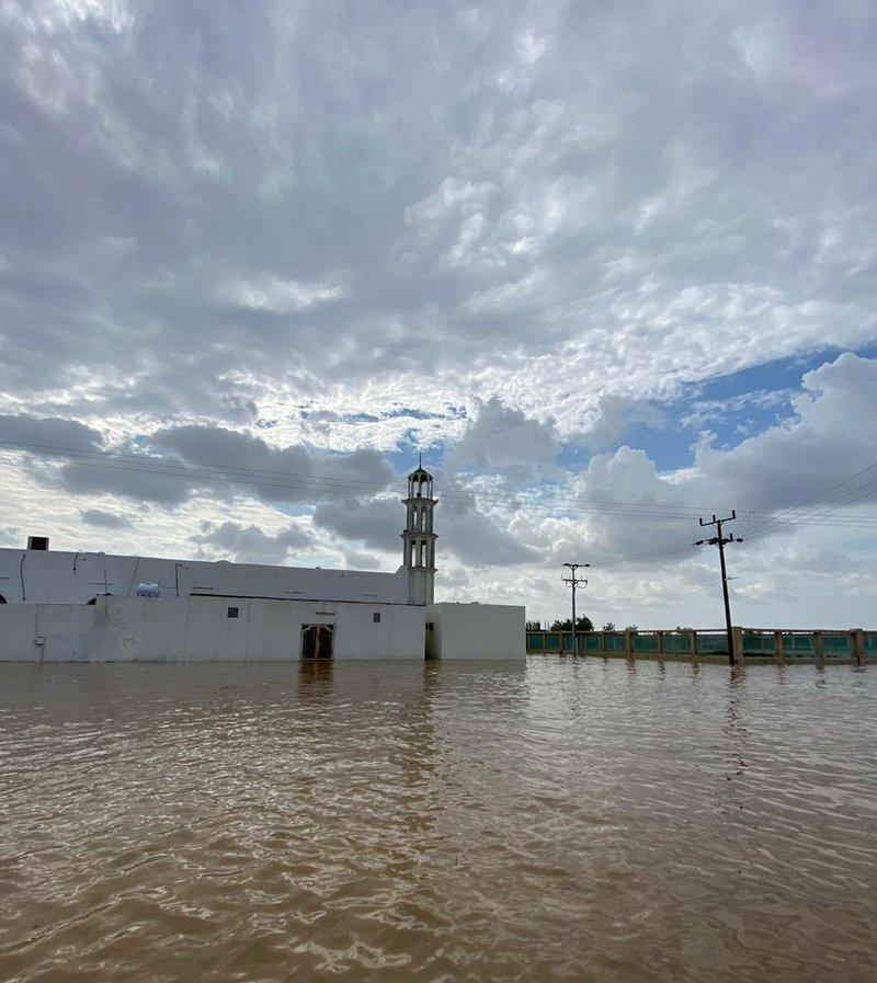"""شاهد.. تجمعات الأمطار تغمر الشوارع والمنازل وتعطل مركبات في """"عالية صبيا"""""""