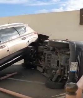 أثناء محاولتها الرجوع للخلف بمركبتها.. امرأة تتسبب في حادث مروري لـ3 سيارات بالطائف.. صور وفيديو