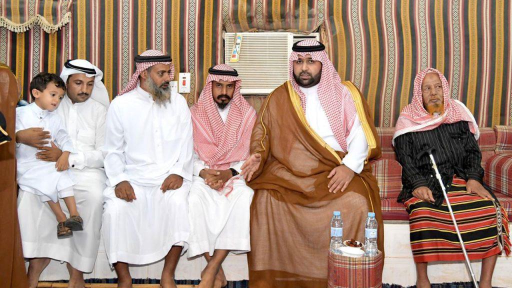 نائب أمير جازان ينقل تعازي القيادة لذوي الشهيدين الغزواني وشبلي