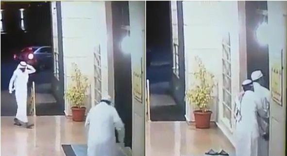 """شاهد : محاولة فاشلة لسرقة مُسن عند باب مسجد بـ""""الرياض"""".. شاهد ردة فعله السريعة!"""