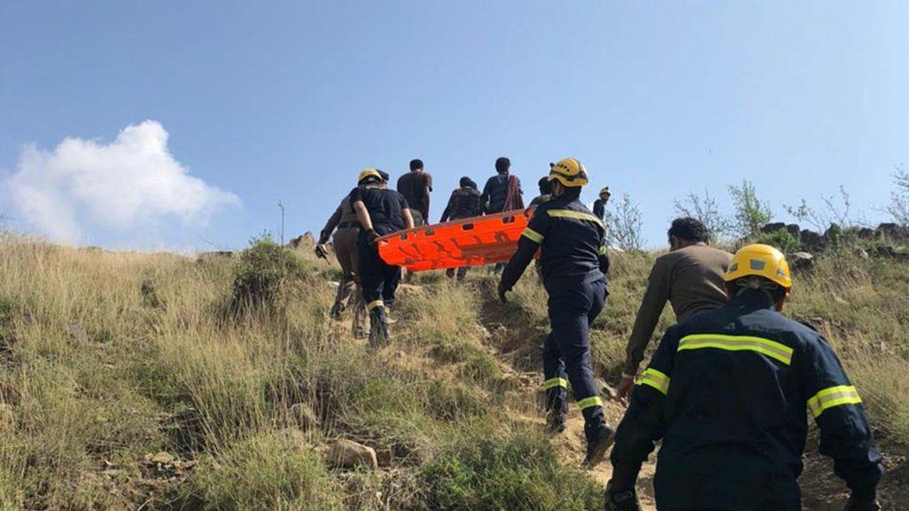 بالصور .. «مدني جازان» ينتشل جثتين من منحدر جبلي بفيفاء
