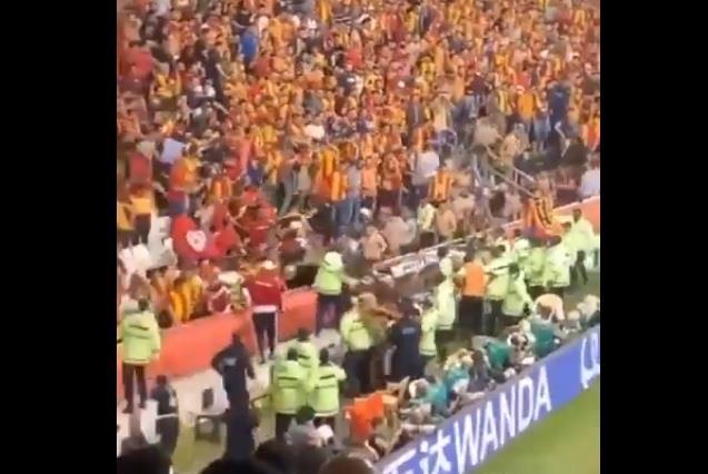 فيديو.. جمهور الترجي يحاول اقتحام الملعب عقب هدف الهلال