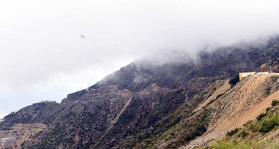 بالصور.. الضباب يُعانق قمم جبال جازان