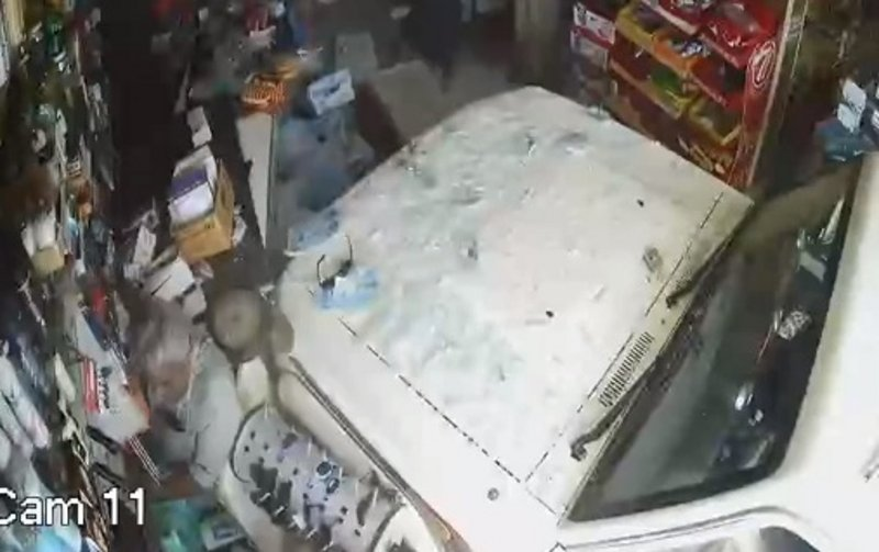مركبة تقتحم متجراً في العيدابي.. شاهد نجاة شخصين من الدهس