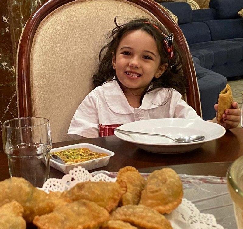 """الطفلة """"علياء"""" الحالة الأولى لطفلة مصابة بالفيروس بعد """"٣٢ يوما""""عادت لتركض في حدائق منزلها – صور"""