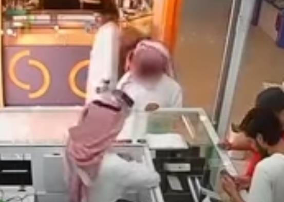فيديو.. لص يُغافل بائع جوالات ويهرب بعد أن سرق جوالاً