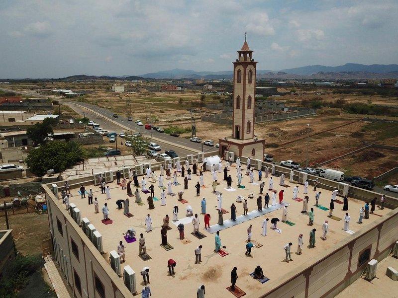 مساجد العارضة تستغل الأسطح لصلاة الجمعة لمنع كورونا