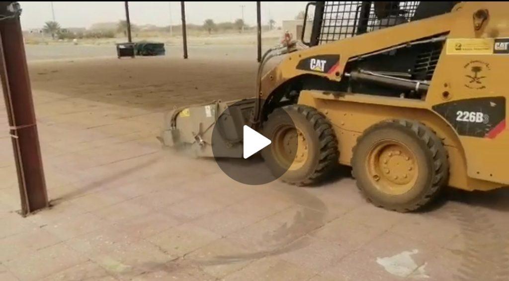 بلدية مركز الحقو تباشر إزالة المخلفات والنفايات بالسوق الشعبي صباح اليوم – فيديو