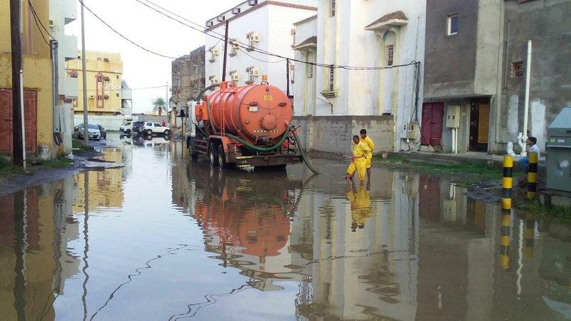 """بحيرات في الشوارع.. """"بلدية صبيا"""" تواصل عملها في إزالة آثار ومخلفات مياه الأمطار"""