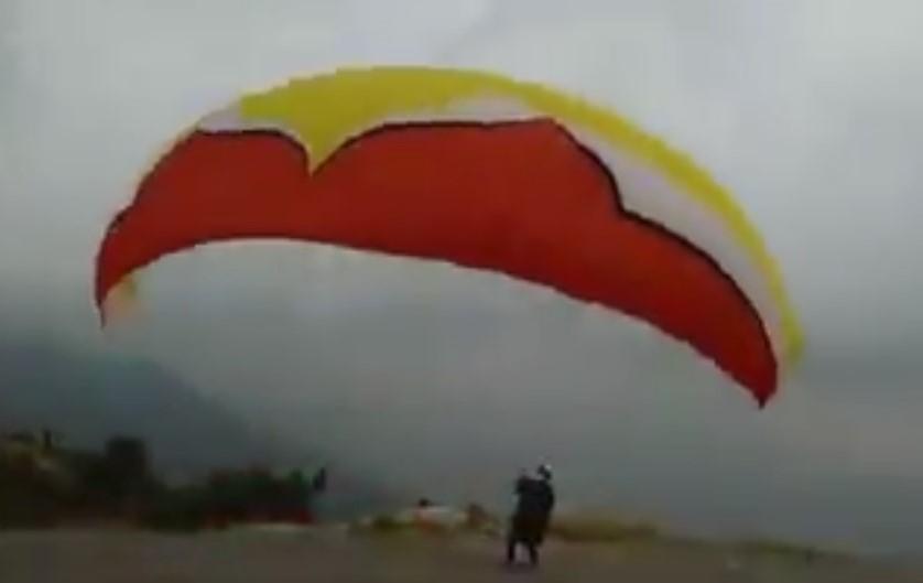 """مواطن في عُمْر """"الستين"""" يُمارس هواية الطيران الشراعي من أعلى مرتفعات السودة بعسير أسبوعياً"""
