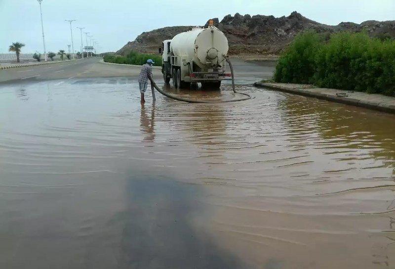 جازان .. العشرات من فرق الطوارئ تكثف جهودها لتصريف مياه أمطار بالعيد