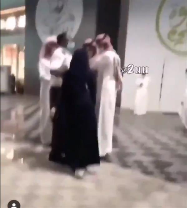 بالفيديو.. اشتباك بالأيدي وسباب بين شاب وفتاة في مول بالرياض