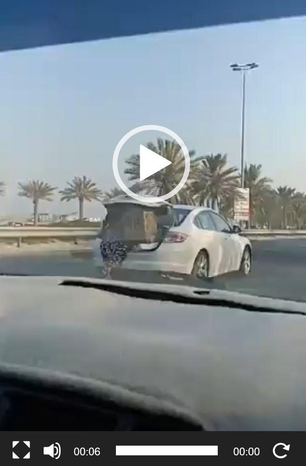 """شاهد فيديو لـ """"خادمة"""" في شنطة سيارة مسرعه لمنع حمولة من السقوط"""