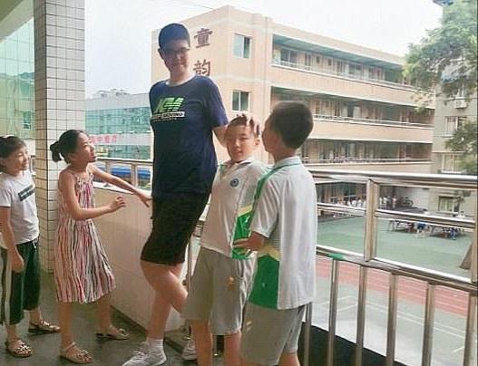مراهق صيني يدخل موسوعة جينيس بعد أن تعدى طوله مترين ومازال مستمراً في النمو
