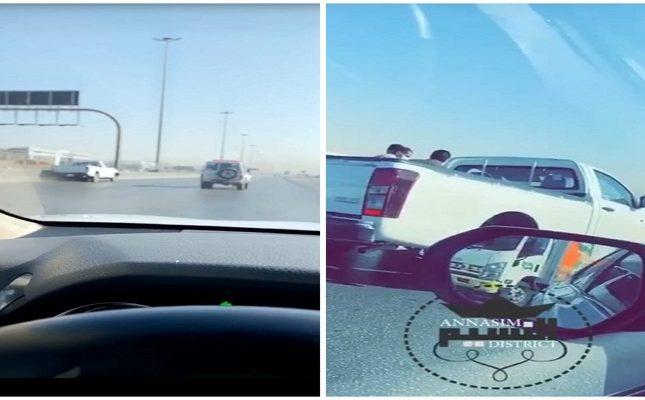 """شاهد: سائق يغمى عليه على طريق بـ""""الرياض"""" .. والسيارة تسير بمفردها وتصطدم بحاجز إسمنتي"""