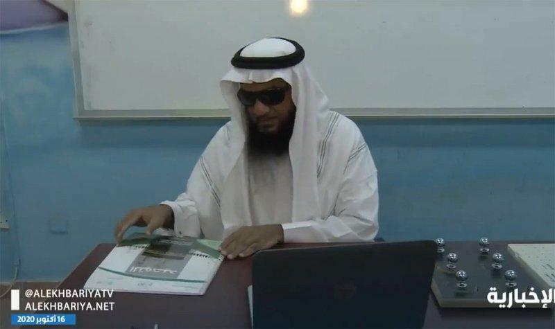 بالفيديو .. معلّم كفيف يتحدى الظروف ويواصل العملية التعليمية عن بُعد