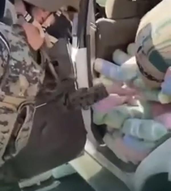 شاهد.. الأفواج الأمنية بجازان تحبط تهريب كمية كبيرة من القات مخبأة داخل سيارة