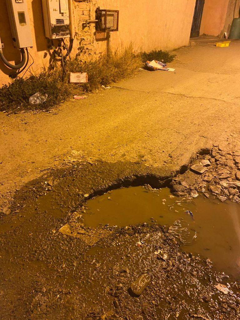"""أهالي مركز الحقو يناشدون الجهات المعنية""""حفريات الشوارع مصائد للمركبات وتلف للبنية التحتية!""""!"""