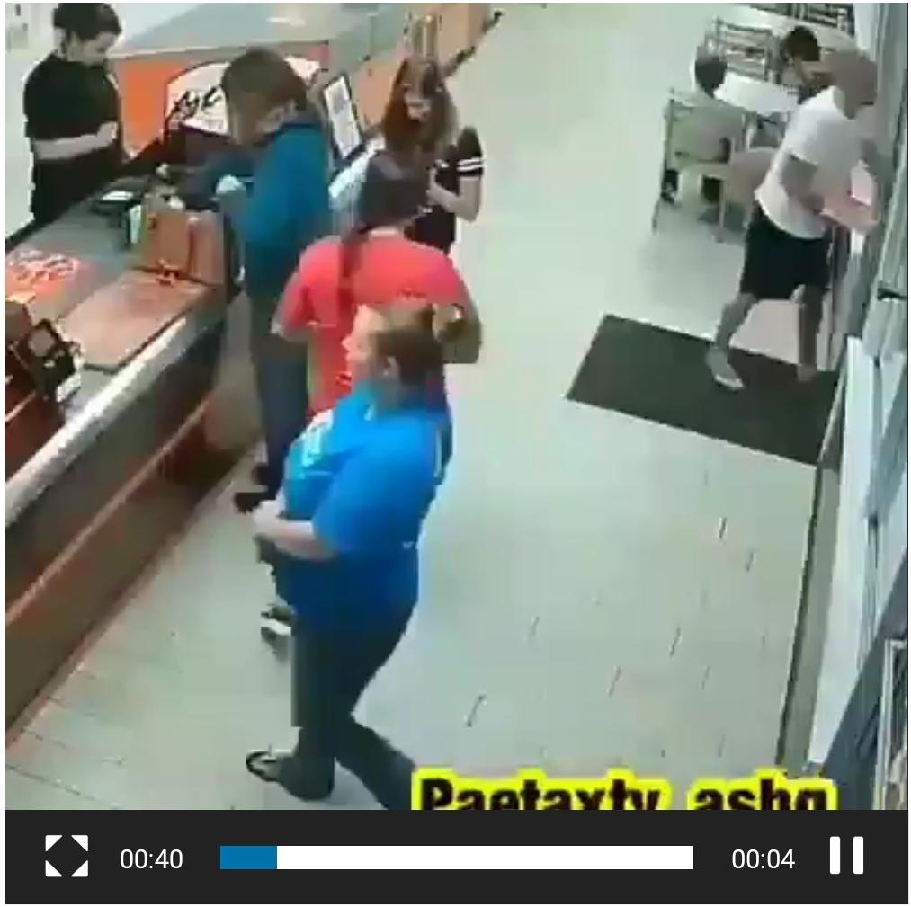ثوانٍ معدودة فصلت بينها وبين الموت … شاهد: امرأة تنجو بأعجوبة بعد اقتحام سيارة مسرعة مطعم