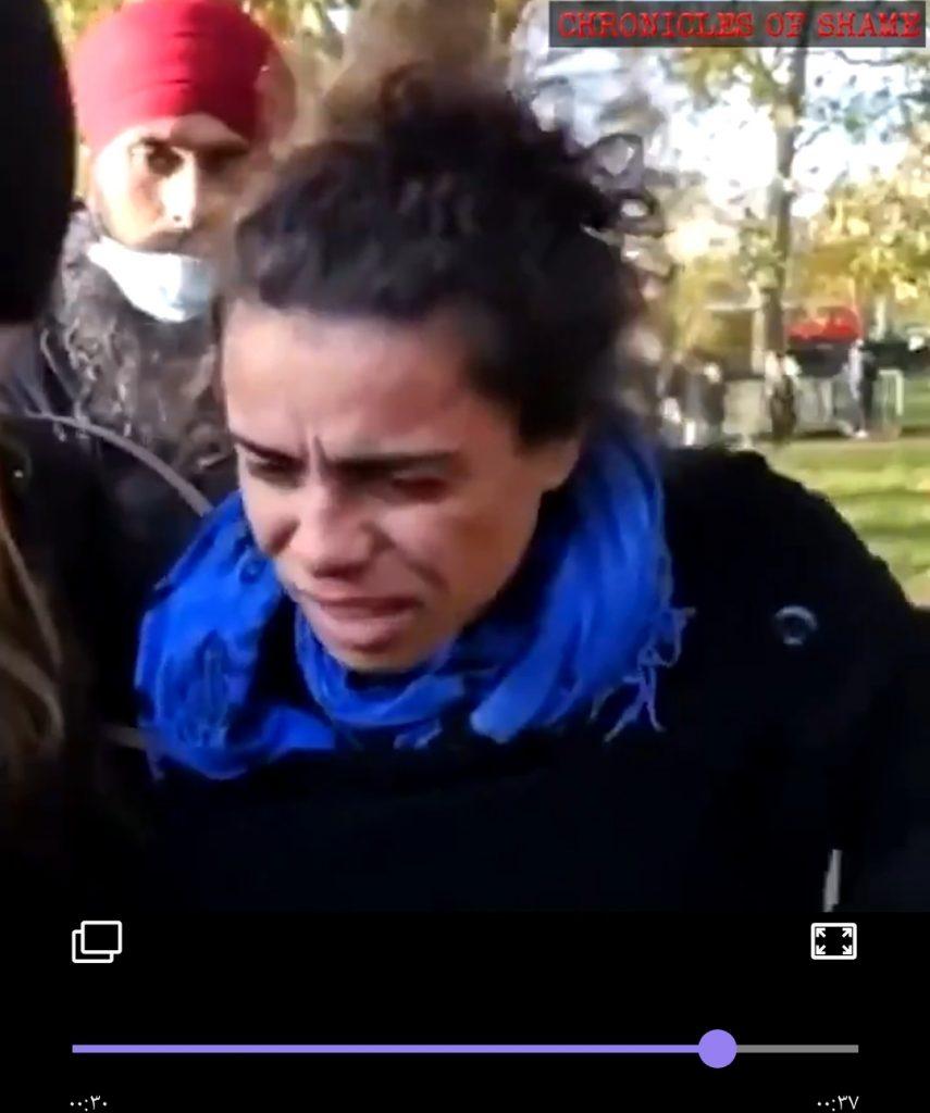 فيديو لشابٍ يُوجّه صفعةً عنيفةً على وجه امرأة تُفقدها توازنها بعد حملها صورة مسيئة للرسول الكريم
