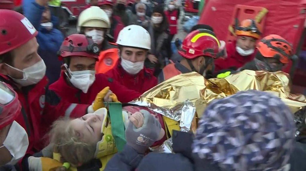 طفلة في الثالثة من العمر تنجو من الموت بعد 65 ساعة قضتها تحت الأنقاض جرّاء زلزال إزمير بتركيا – صور