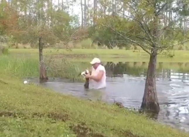 شاهد .. أمريكي يصارع تمساحاً ويخرج كلبه من بين فكيه بالقوة