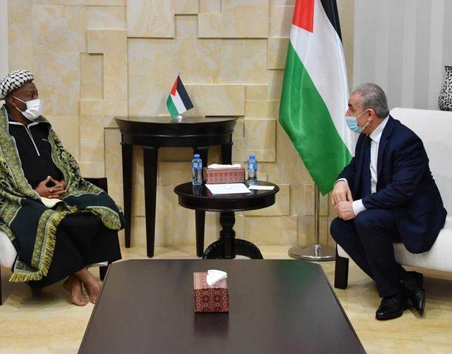 """سرق أموالا كثيرة من ضحايا وعدهم بالحج والعمرة !! رحالة إفريقي """"يخدع"""" رئيس الوزراء الفلسطيني – تفاصيل"""