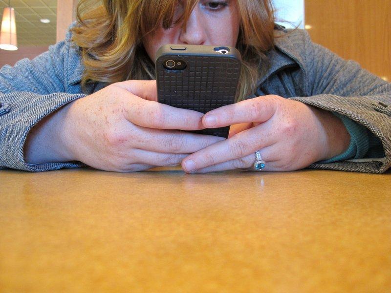 العلاقة بين الهواتف الذكية والاكتئاب.. دراسة حديثة تكشف