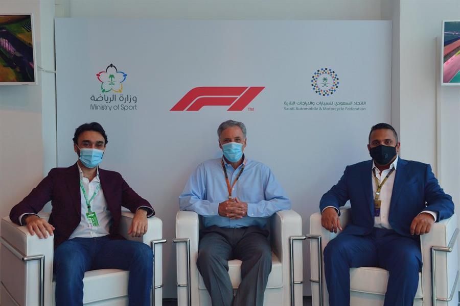 """رسمياً.. وزير الرياضة يُعلن استضافة المملكة لـ """"فورمولا 1"""""""