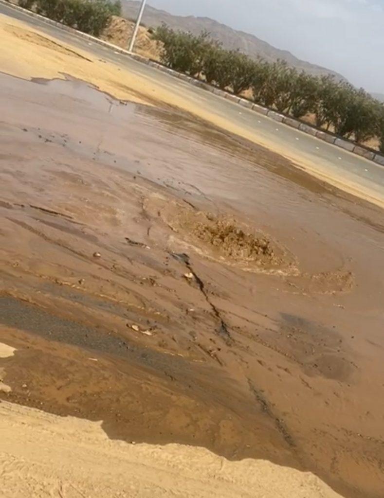 مركز الحقو : شاهد إندفاع المياه بسبب كسر أحد خطوط المياه .. مشكلة متكررة دون حلول جذريه !!!