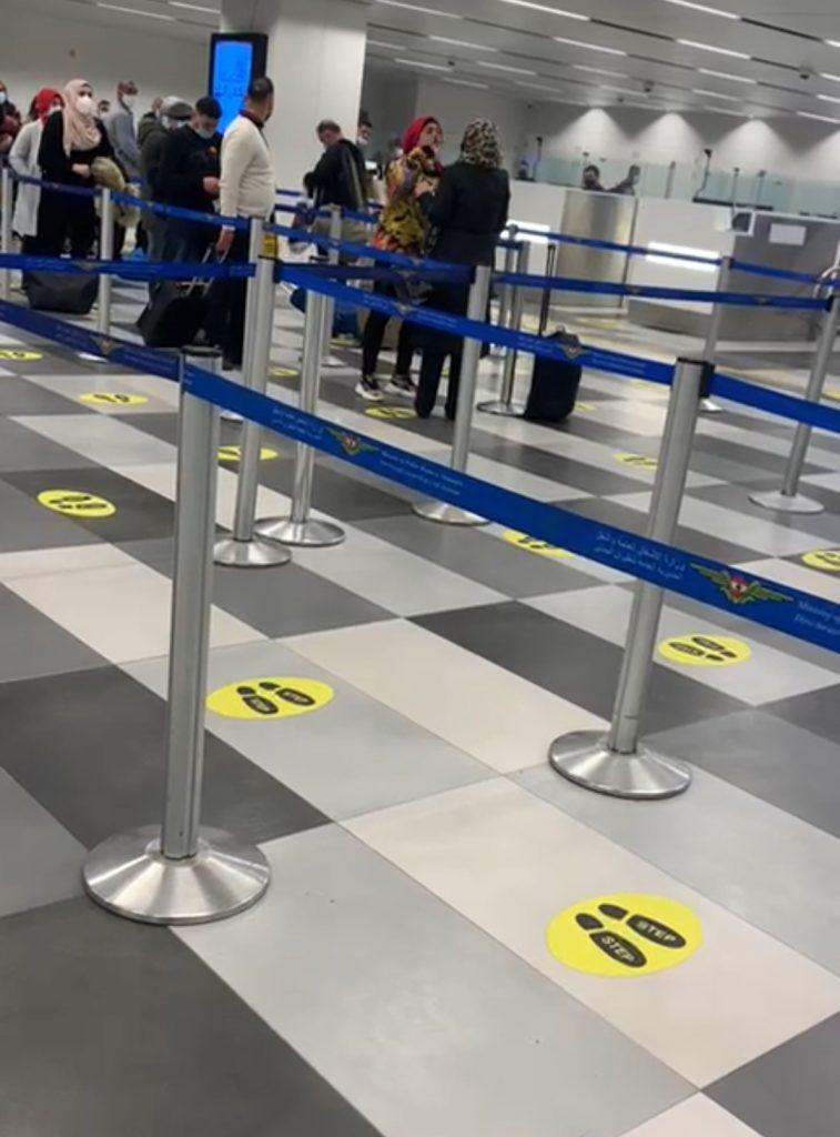 شاهد مشاجرة وصفع متبادل بين سيدتين محجبتين أثناء تنفيذ الإجراءات الصحية بالمطار