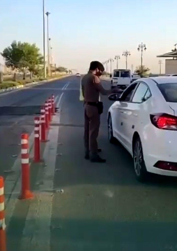 وزارة الداخلية :  عدم ارتداء الكمامة أثناء الوقوف عند نقاط التفتيش يعتبر مخالفة – فيديو