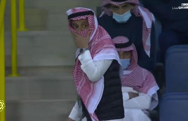 """شاهد.. ردة فعل غريبة من رئيس """"النصر"""" بعد تعادل فريقه أمام ضمك"""