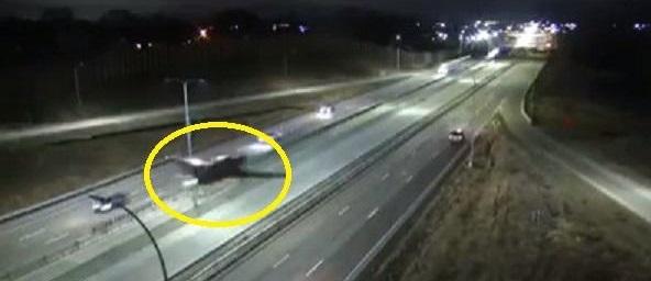 شاهد .. فيديو صادم لطائرة تهبط اضطرارياً على طريق سريع وسط السيارات