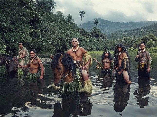 شاهد.. كيف تعيش القبيلة الأكثر عزلة في العالم.. وهكذا وصفها المصور !