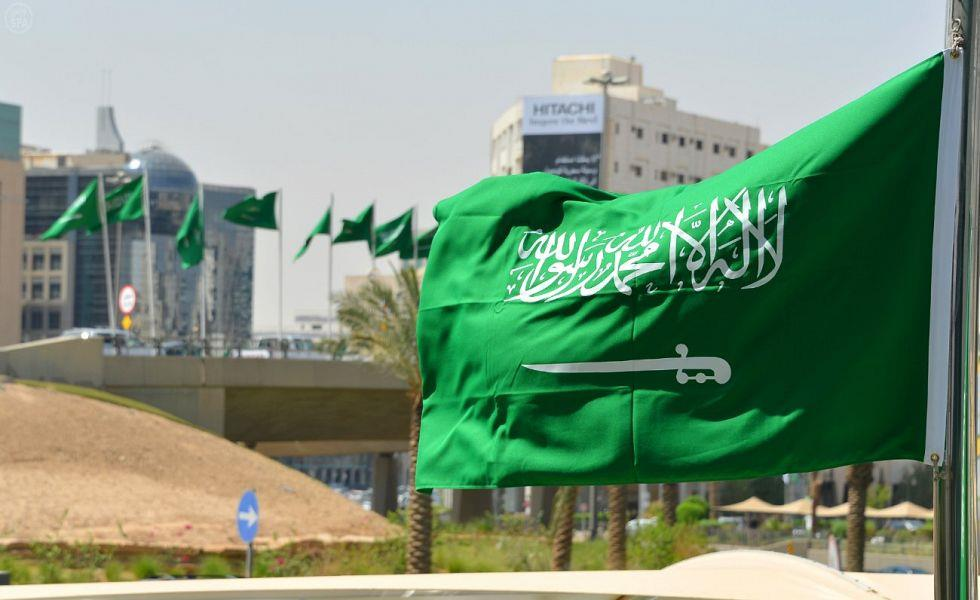 كاتب يقترح إزالة السيف من العلم السعودي.. وهذه تعليقات المغردين