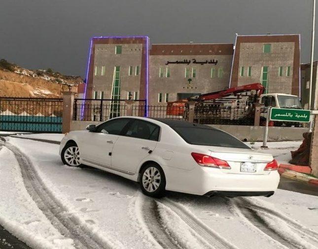 لأول مرة منذ 50 عاما شاهد تساقط الثلوج بغزارة على أحد المحافظات السعودية