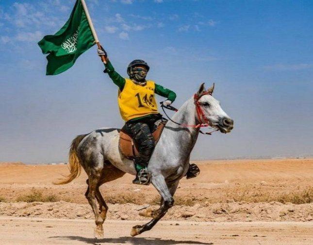 شاهد.. فارسة سعودية تتفوق على 40 خيالاً في منافسة دولية وتفوز بالمركز الأول