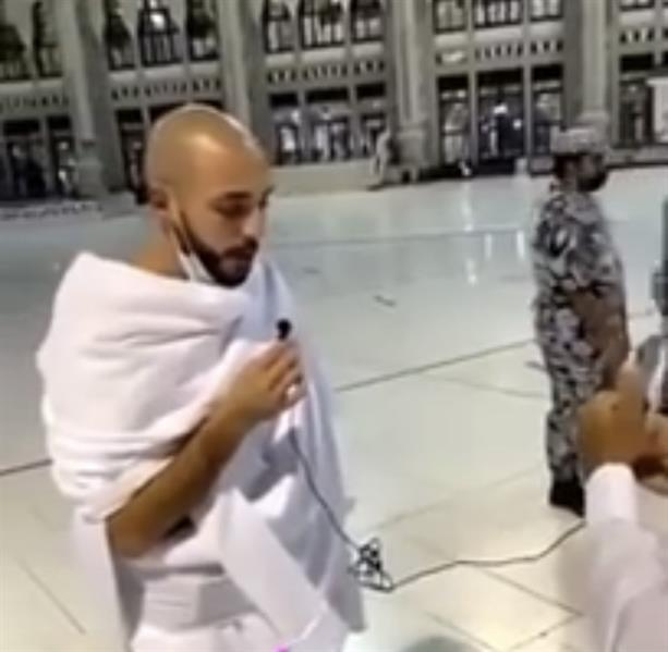 """شاهد.. """"أمرابط"""" يرتل آيات من القرآن الكريم خلال تأديته العمرة مع """"مادو"""""""