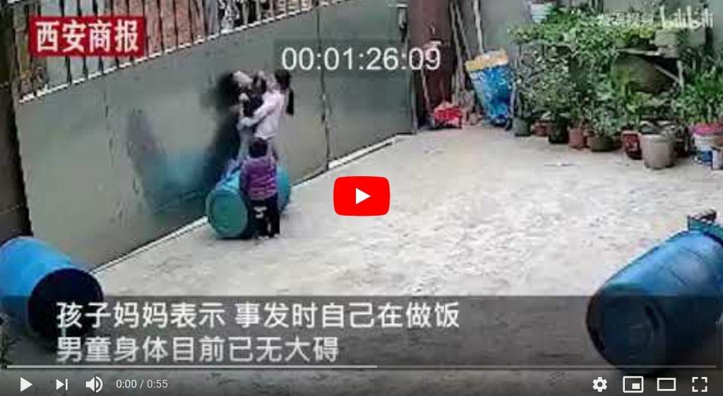 لحظات تحبس الأنفاس.. فيديو لطفل صيني يشنق نفسه بالخطأ وشقيقته تتدخل في آخر لحظة