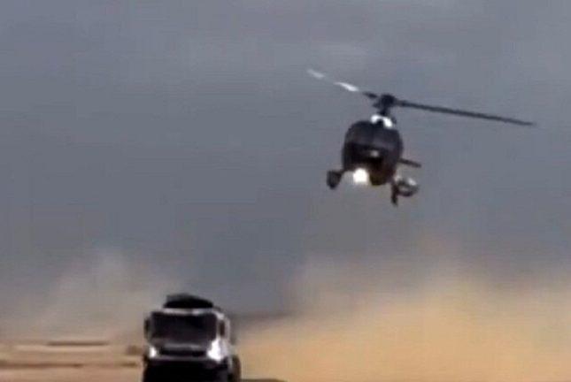 """أخطأ في احتساب مسافة الأمان! شاهد لحظة اصطدام """"هيلوكوبتر"""" بشاحنة روسية في سباق """"رالي دكار"""""""