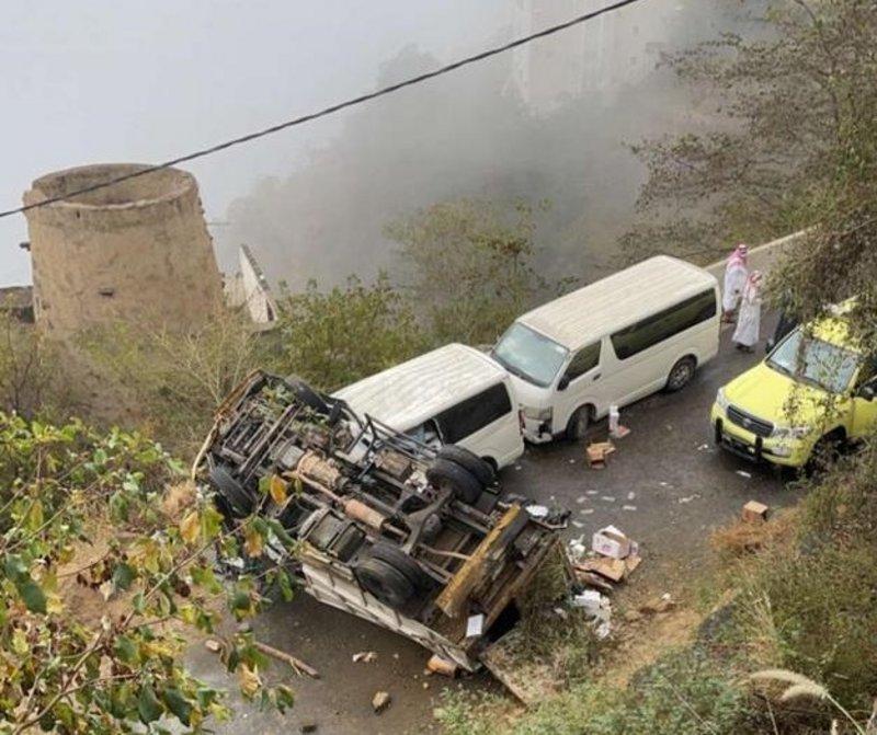 """فيديو مروع.. لحظة سقوط سيارة النفايات من أعلى """"جبل فيفاء"""" ووفاة عامل"""
