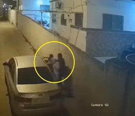 شاهد فيديو يُوثّق نجاة فتاة من محاولة مجهولين اختطافها ووضعها في سيارة