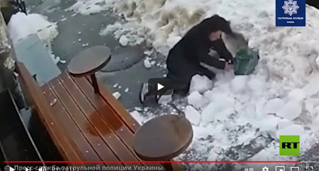 شاهد .. قطعة جليد ضخمة تسقط على رأس امرأة وتطرحها أرضاً