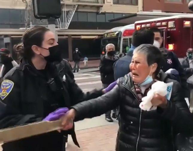 امرأة شجاعة بعمر السبعين تُقاوم رجلاً هاجمها وتضربه بعصا غليظه تُدخله المستشفى